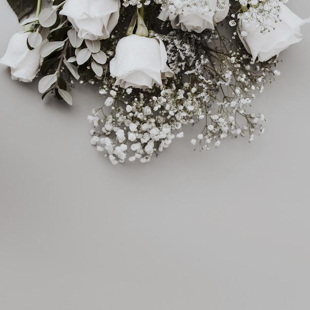 Bouquet da sposa di rose bianche con spazio in basso Foto Gratuite
