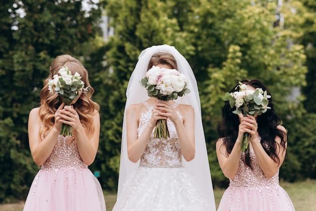 Bouquet da sposa di una sposa e due damigella d'onore Foto Premium