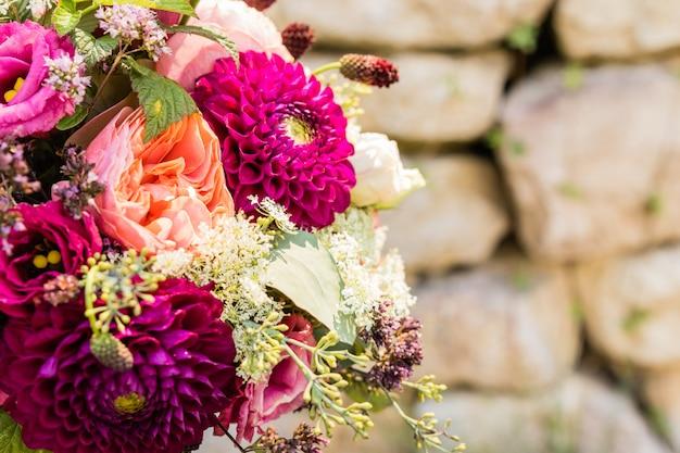 Bouquet da sposa il giorno del matrimonio Foto Premium