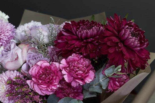 Bouquet dai toni rosa e viola Foto Premium