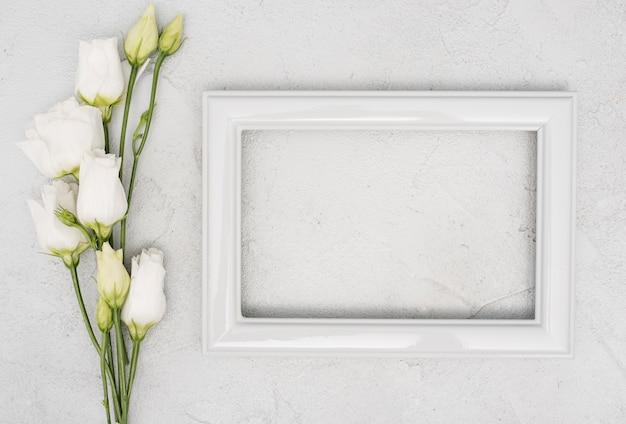Bouquet di rose e cornice d'epoca vuota Foto Gratuite