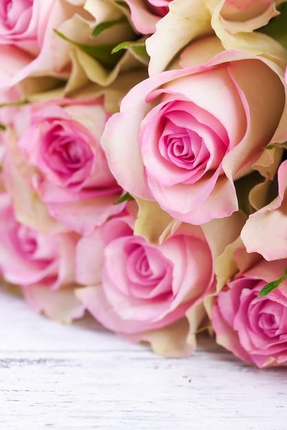 Bouquet Di Rose Rosa Con Nastro Blu Su Uno Sfondo Depoca In Legno