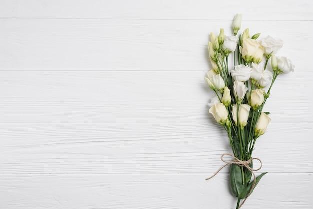 Bouquet di rose su bianco Foto Gratuite