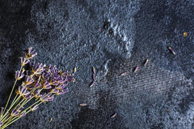 Bouquet di steli e petali di fiori di lavanda Foto Premium
