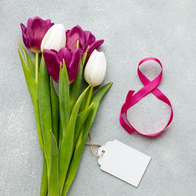 Bouquet di tulipani con nastro rosa Foto Gratuite