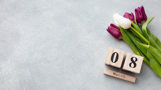 Bouquet di tulipani e 8 marzo scritte con spazio di copia Foto Gratuite