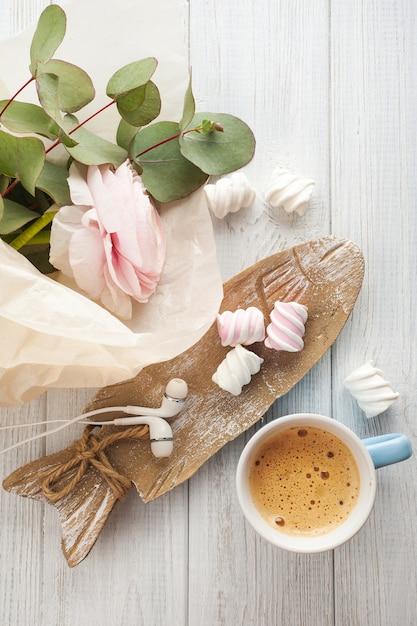 Bouquet, fiori, tazza di caffè, auricolari. Foto Premium