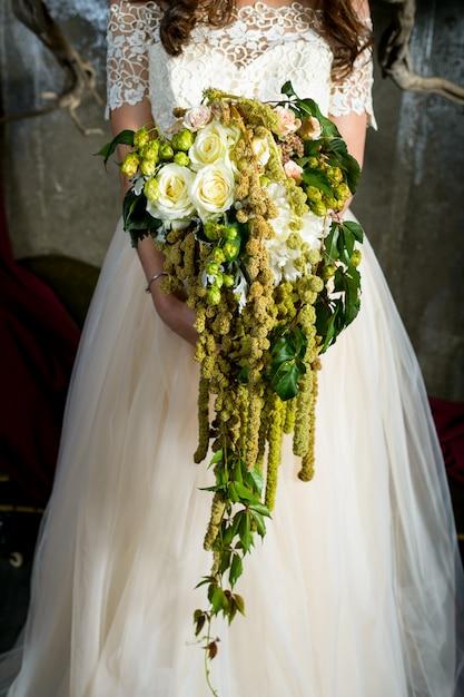 Bouquet nelle mani della sposa Foto Premium