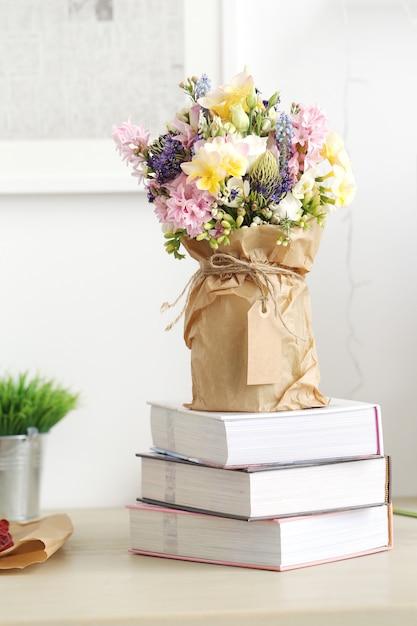 Bouquet sul tavolo Foto Gratuite