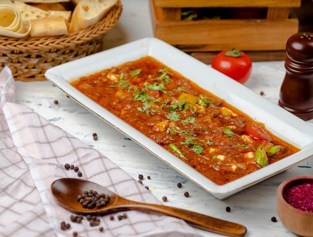 Bozbash tradizionale, farina di carne con salsa di pomodoro e peperone in zolla bianca. Foto Gratuite