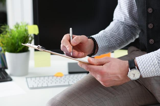 Braccio maschile in tuta con penna e tampone argentati Foto Premium