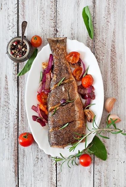 Branzino arrosto con verdure Foto Gratuite