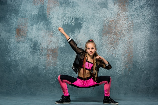 Break dance della ragazza sulla parete Foto Gratuite