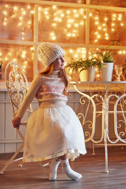 Brillante bambina dai capelli rossi in un cappello bianco Foto Premium