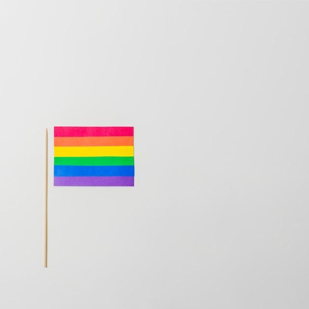 Brillante bandiera di carta lgbt con stecca Foto Gratuite