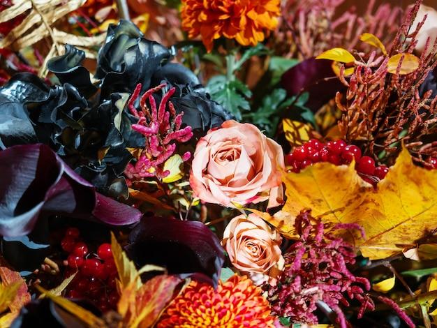 Brillante bouquet autunnale con rose color pesca Foto Premium