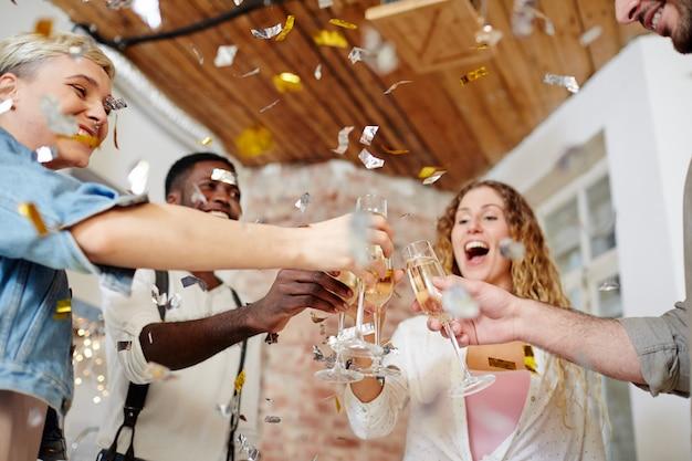 Brindando con gli amici Foto Gratuite