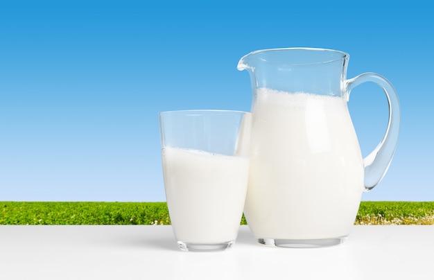 Brocca con del latte Foto Premium