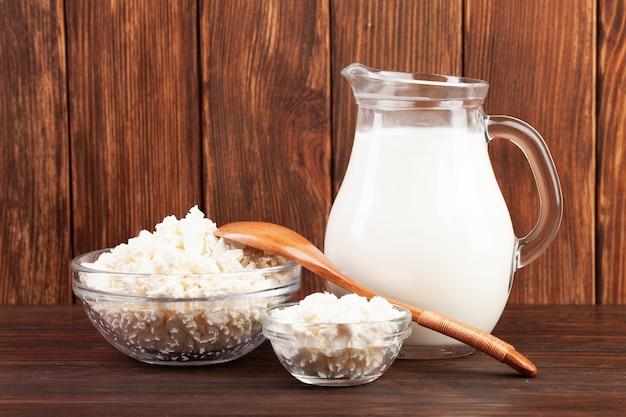 Brocca di latte e ciotole con formaggio Foto Gratuite