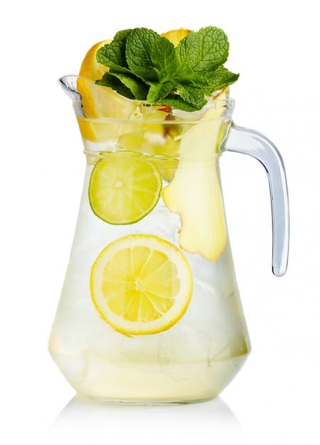Brocca piena di succo di betulla fresco con foglie di limone, zenzero e menta Foto Premium