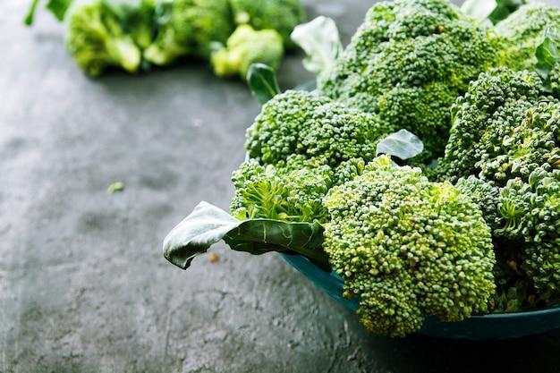 Broccoli di cavolo in un piatto su una superficie scura Foto Premium