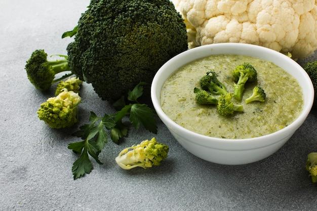 Broccoli e bisque ad alto angolo Foto Gratuite