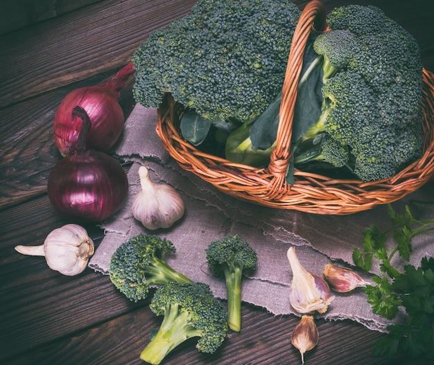 Broccoli freschi in un cesto di vimini marrone Foto Premium