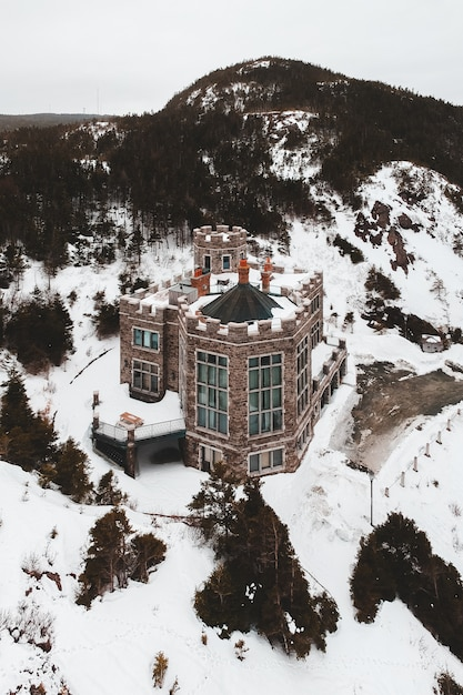 Brown e casa bianca su terra innevata Foto Gratuite