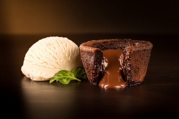 Brownie al cioccolato con gelato alla vaniglia Foto Premium