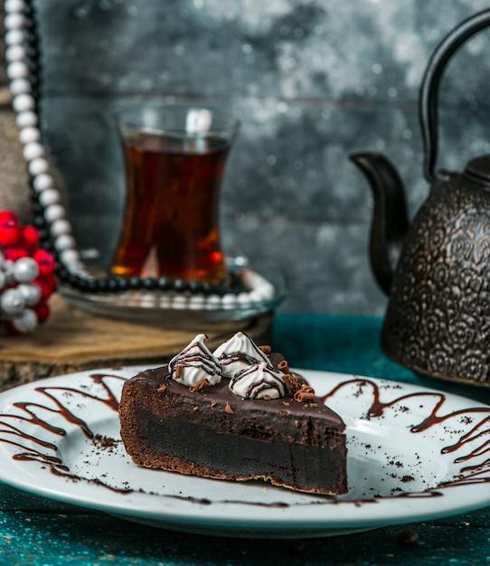 Brownie al cioccolato guarnito con panna e cioccolato grattugiato Foto Gratuite