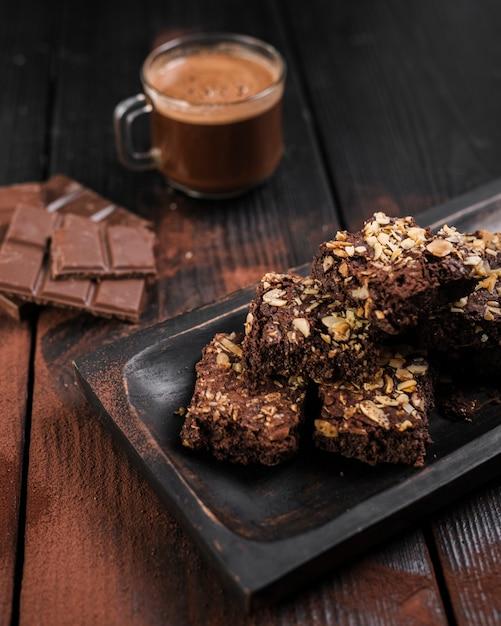 Brownies ad alto angolo con noci e barrette di cioccolato Foto Gratuite