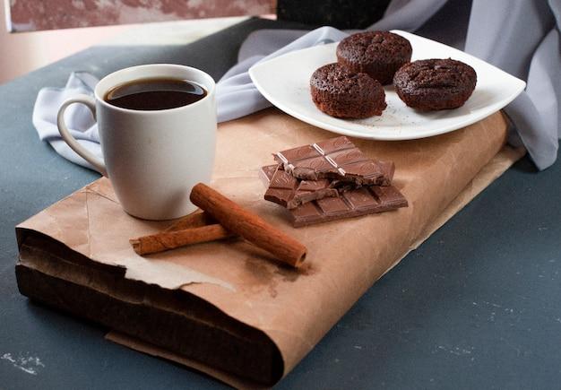 Brownies al cacao, barrette di cioccolato e una tazza di tè. Foto Gratuite