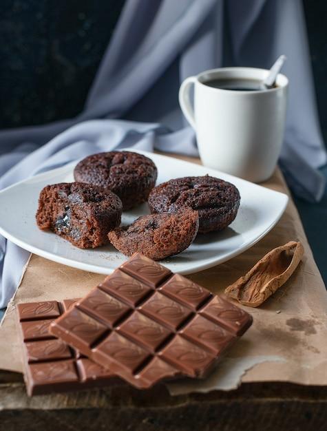 Brownies al cacao e barrette di cioccolato con una tazza di tè Foto Gratuite