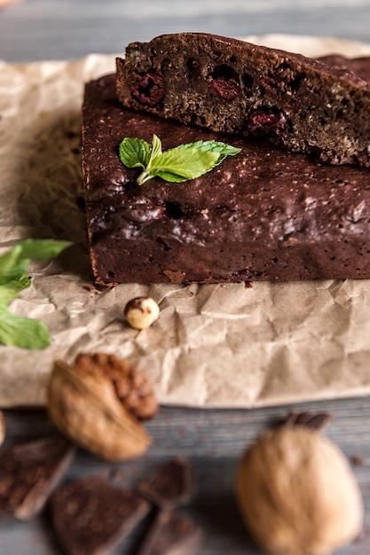Brownies al cioccolato fatti in casa sulla superficie scura. Foto Premium
