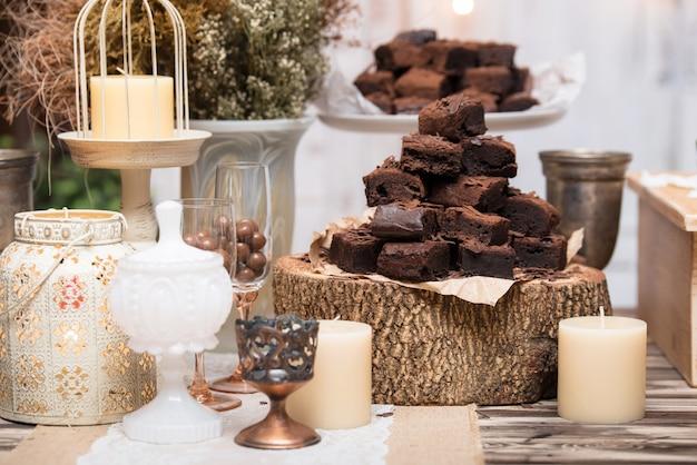 Brownies al cioccolato in impilati sul tavolo di legno Foto Premium