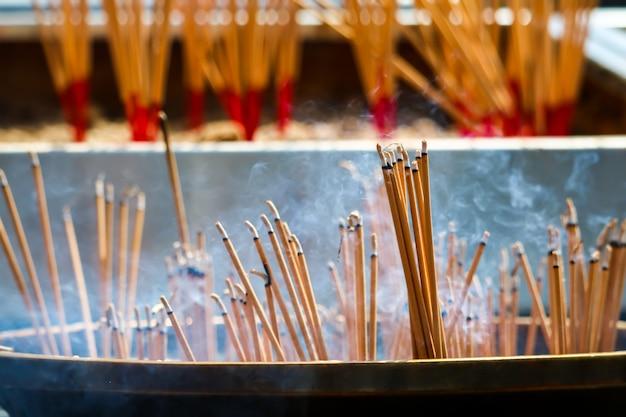 Brucia il bastone di incenso sono credenze religiose che i discepoli mostrano adorazione a buddha Foto Premium