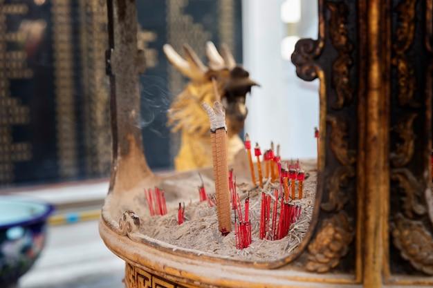 Brucia incenso sull'incensiere al santuario cinese. Foto Premium