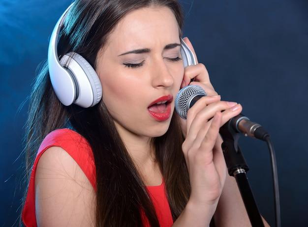 Bruna chanteuse in un abito rosso vintage. Foto Premium