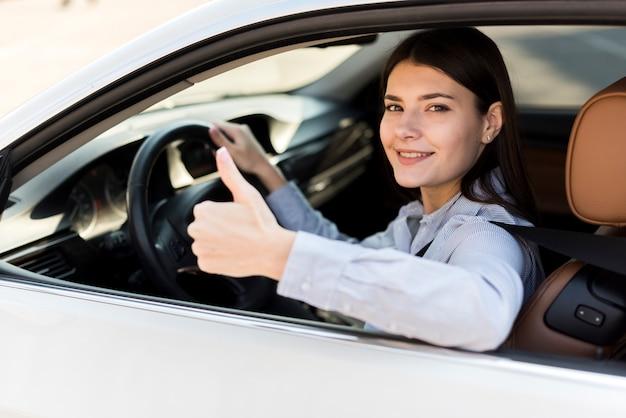 Bruna imprenditrice all'interno di un'auto Foto Gratuite