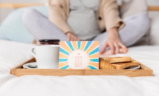 Brunch surpirse a letto per la donna incinta Foto Gratuite