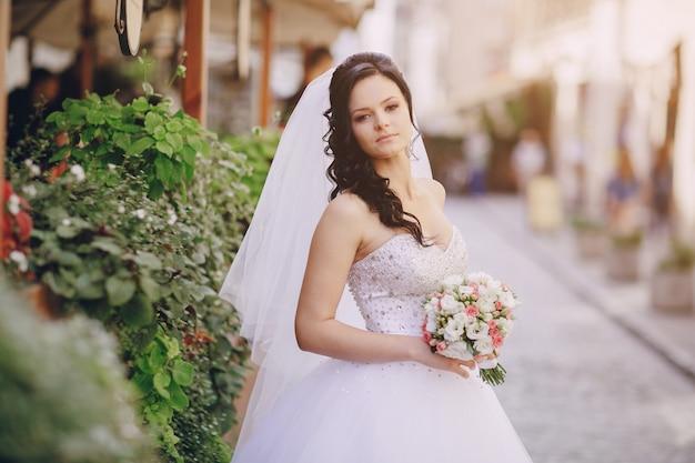 Brunette sposa il suo bouquet Foto Gratuite