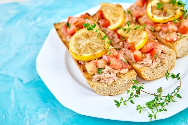 Bruschetta antipasto con tonno e pomodori Foto Premium
