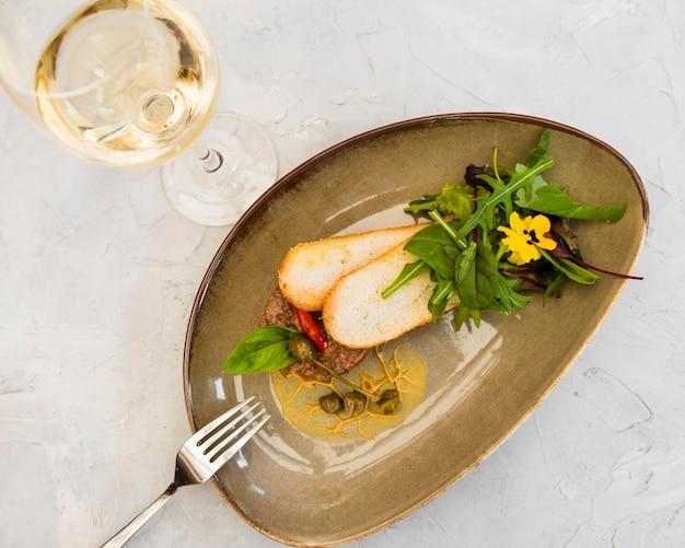 Bruschetta gourmet servita con vino Foto Gratuite