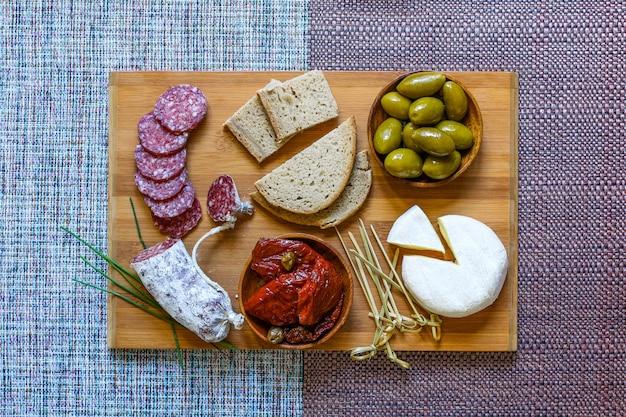 Bruschetta italiana fatta con fette di pane tostato con pomodorini Foto Premium