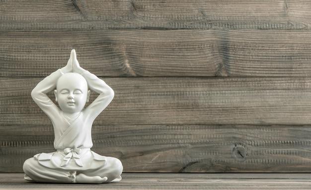 Buddha seduto. statua del monaco bianco. meditazione. rilassante Foto Premium