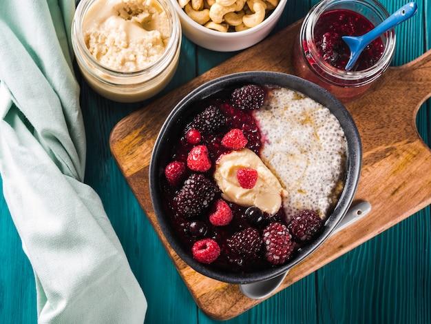Budino vegano di chia con frutti di bosco e burro di mandorle Foto Premium