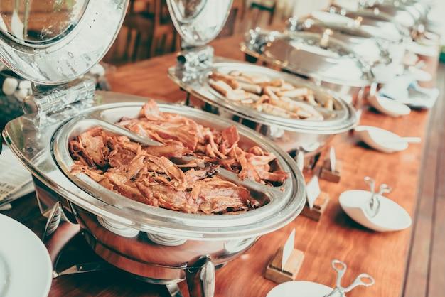 Buffet con un sacco di cibo Foto Gratuite