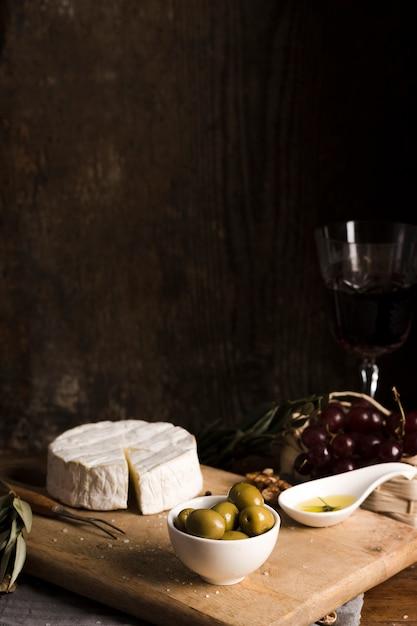Buffet delizioso di vista frontale con formaggio sul bordo di legno Foto Gratuite