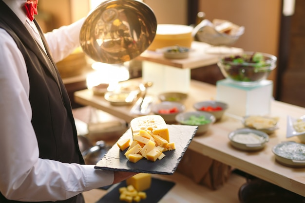 Buffet. il cameriere prepara il tavolo. Foto Premium