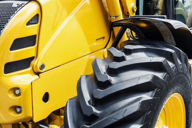 Bulldozer giallo con una grande ruota Foto Premium